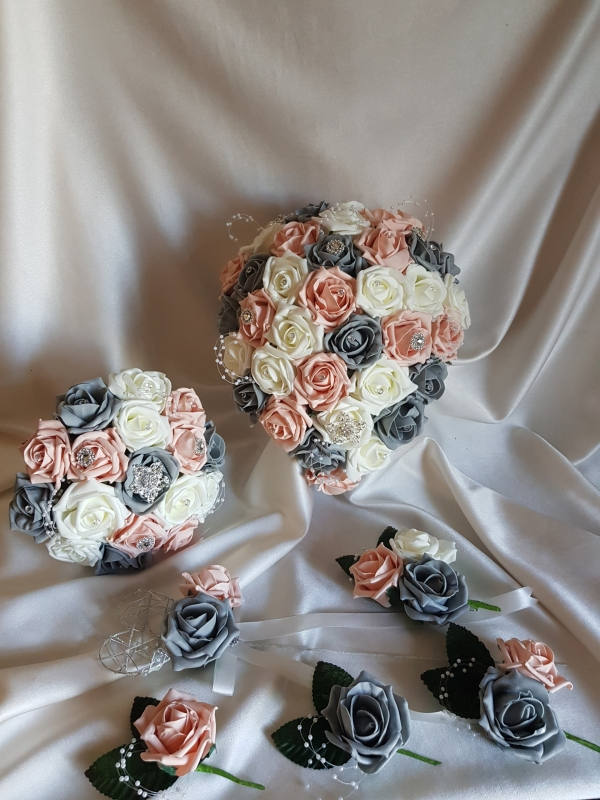 vintage-peach-grey-brooches-wedding-flowers